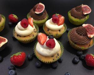 Vanilkov_cupcakes_s_okol_dov_mi_kousky_a_mascarpone_kr_mem