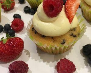 Vanilkov_cupcakes_s_okol_dov_mi_kousky_a_ovocem