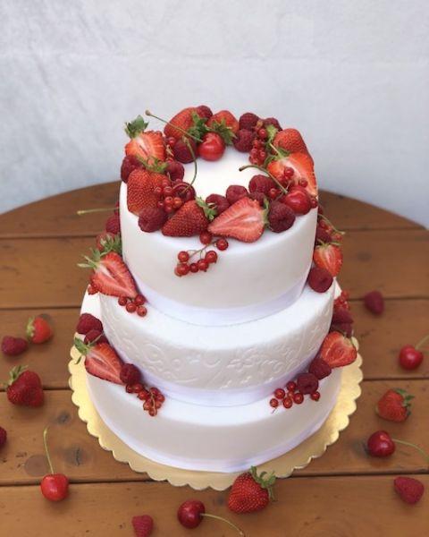 Bílý svatební dort s lesními plody